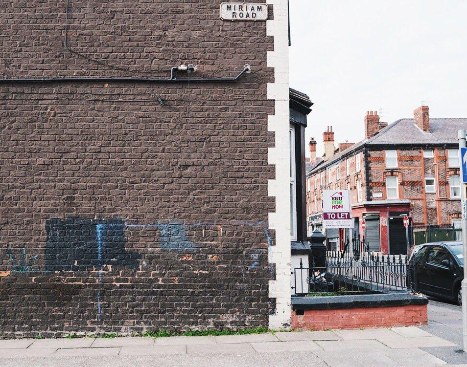 270c6d09a1fdb Por las calles de Inglaterra se suelen ver estas porterías pintadas en la  pared. Infancias de balón y asfalto en pleno barrio.
