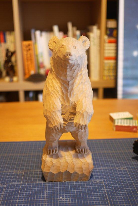 今回の木彫りの熊ではこれが特に気にっております。直立というのはあまりないので。