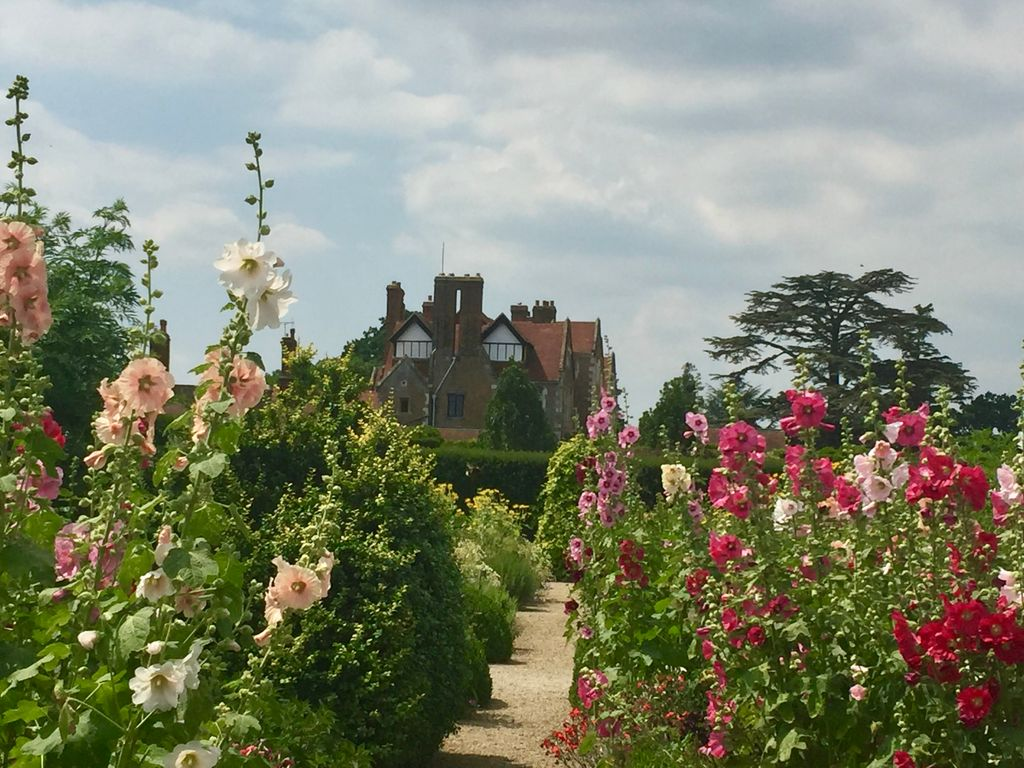 RT @VisitSurrey Beautiful Loseley Park. The House and Garden are open to the public Sunday to Thursday until 31 July.  Find out more: https://t.co/nycS30qvs8 @LoseleyPark