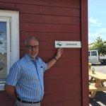 Oslofjordens Friluftsråd markerer at kystledhytte nr 62 er en realitet. Ordfører @Rune Høiseth i @Larvik kommune foretok åpning av kystledhytta Grevlestua utenfor Stavern. Hytten ligger like ved Rakkehytts ved den første kyststien i Norge mellom Stavern og Helgeroa.