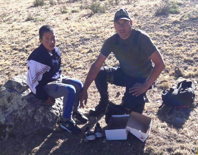 Meses atrás nuestro Suboficial Ronald Mejia camino a su puesto de servicio, conoció a un niño que después del colegio apoyaba a su familia en labores de campo y le prometió un regalo si veía buenas notas en su calificación escolar. Hoy ambos lo cumplieron. #BuenMartes Foto