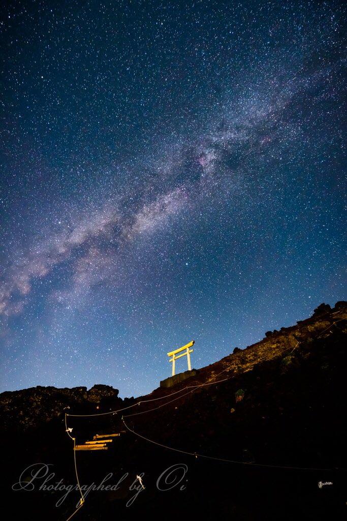 富士山の鳥居と天の川