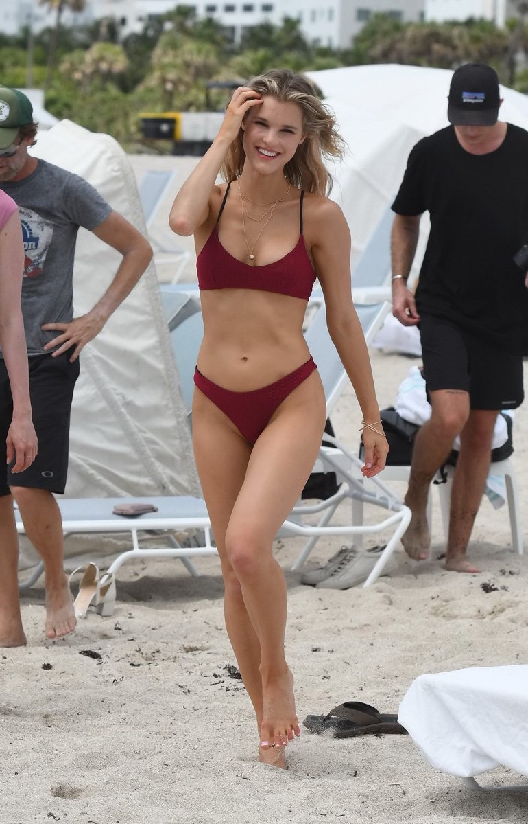 Superstar Free Nude Celebs At Beach Pictures