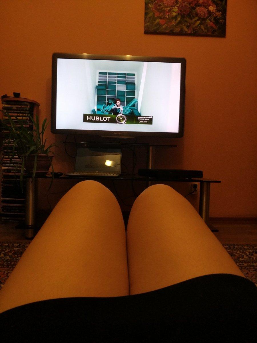 картинка ног перед телевизором вот если