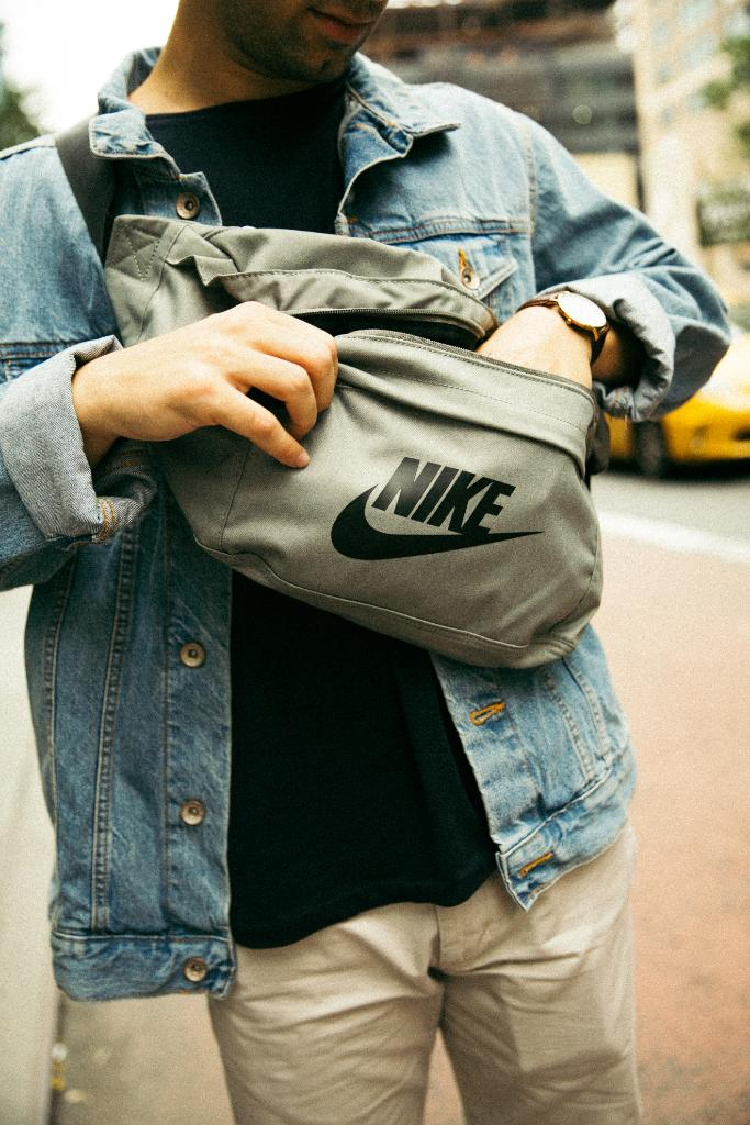 59d5bfe2bf74  Nike Cross Body Bags Now in-store at select Foot Locker!pic.twitter .com RUIp15rWJn