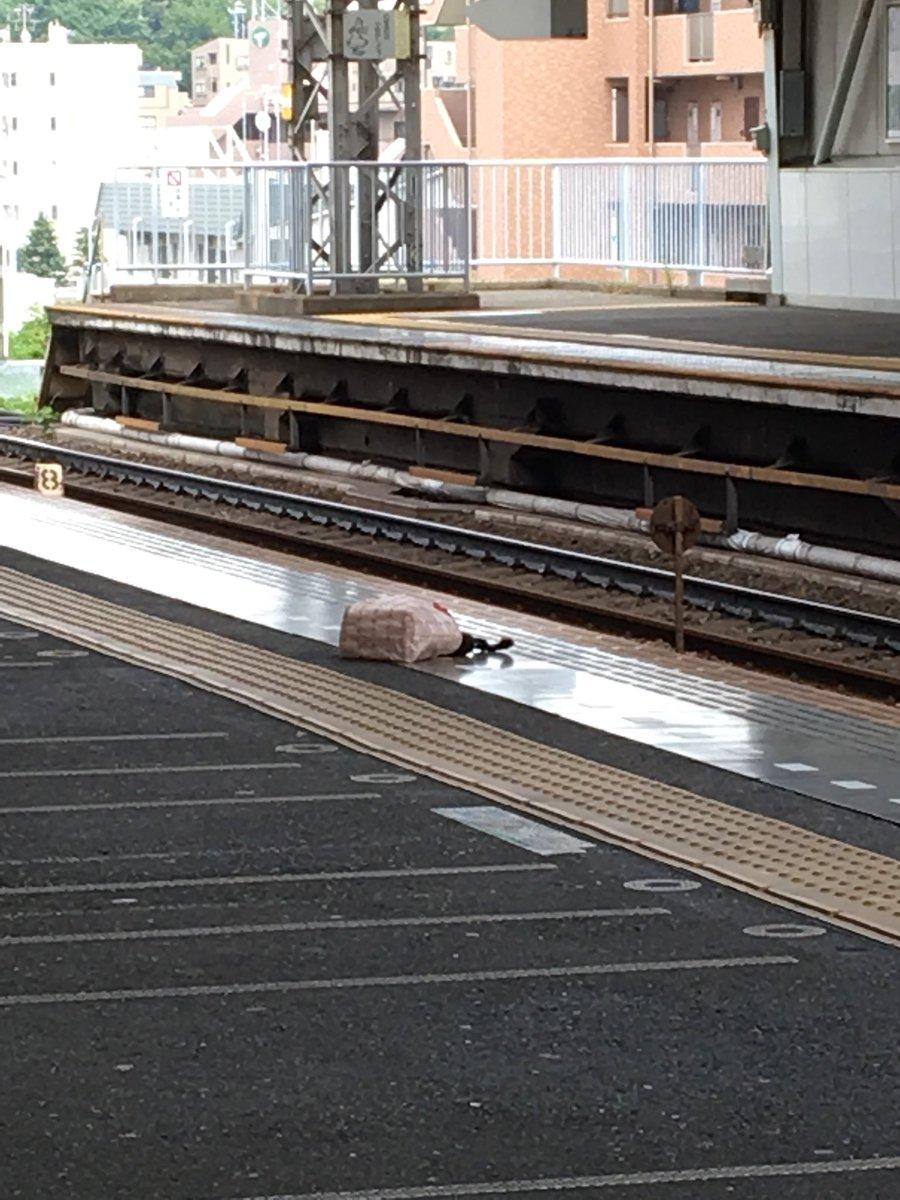 宮崎台駅で人身事故が起きホームにバッグが落ちている様子の画像