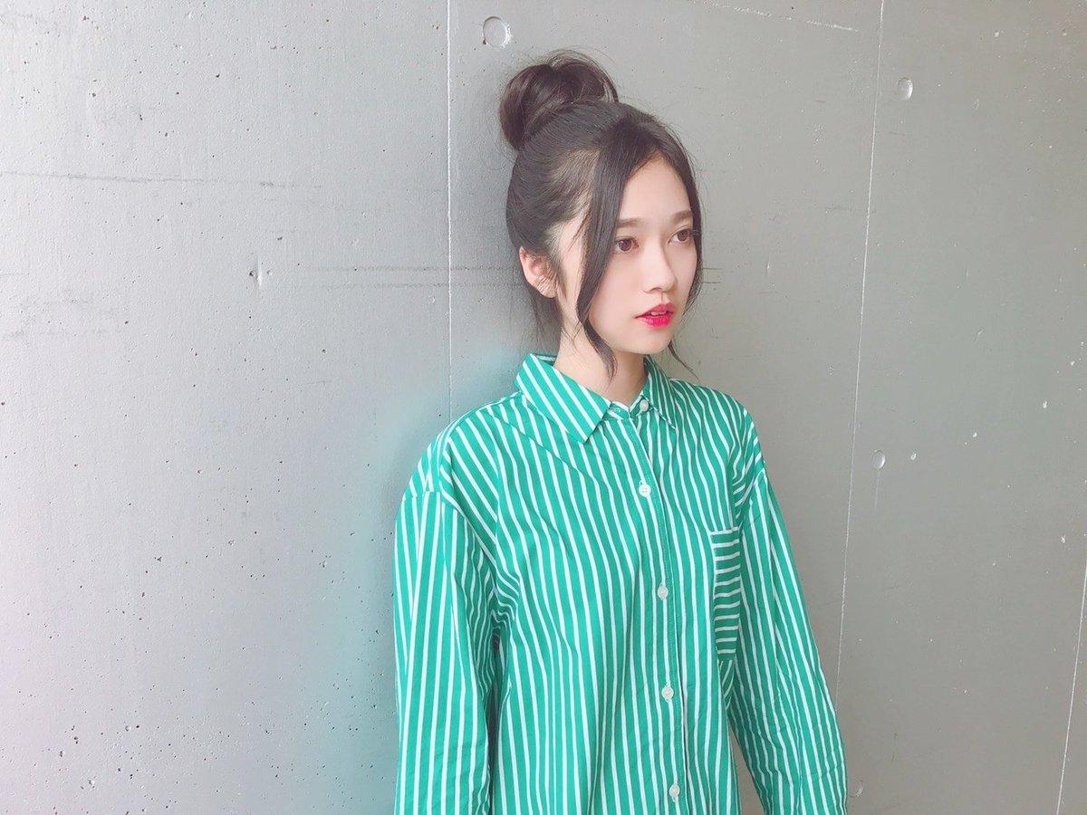 グリーンのストライプのシャツを着ているお団子ヘアの寺田蘭世の画像