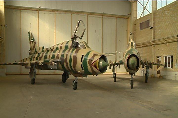 ايران تزيح الستار عن 10 طائرات SU-22 تمت اعادة تأهيلها  Di8z6XHXcAEQrAa