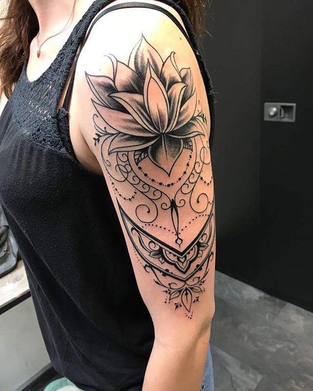 oberarm tattoo frauen