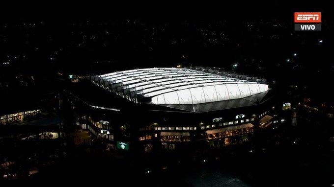 Ha caído la noche en Londres y así luce el campo central del #AllEnglandClub con el techo cerrado. En su interior juegan el tercer set de la semifinal Novak Djokovic y Rafael Nadal. #Wimbledon Foto