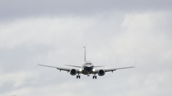 Vaping pilot trying to hide e-cig cloud accidentally sends passenger flight plummeting Фото