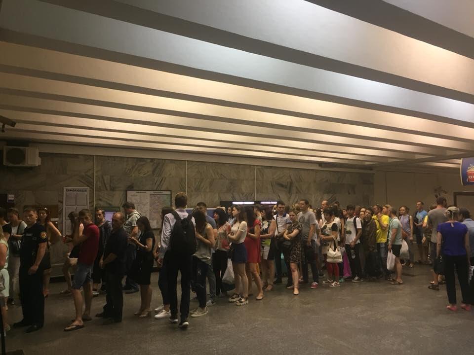 Напередодні підвищення проїзду на станціях Київського метрополітену утворилися великі черги - Цензор.НЕТ 823