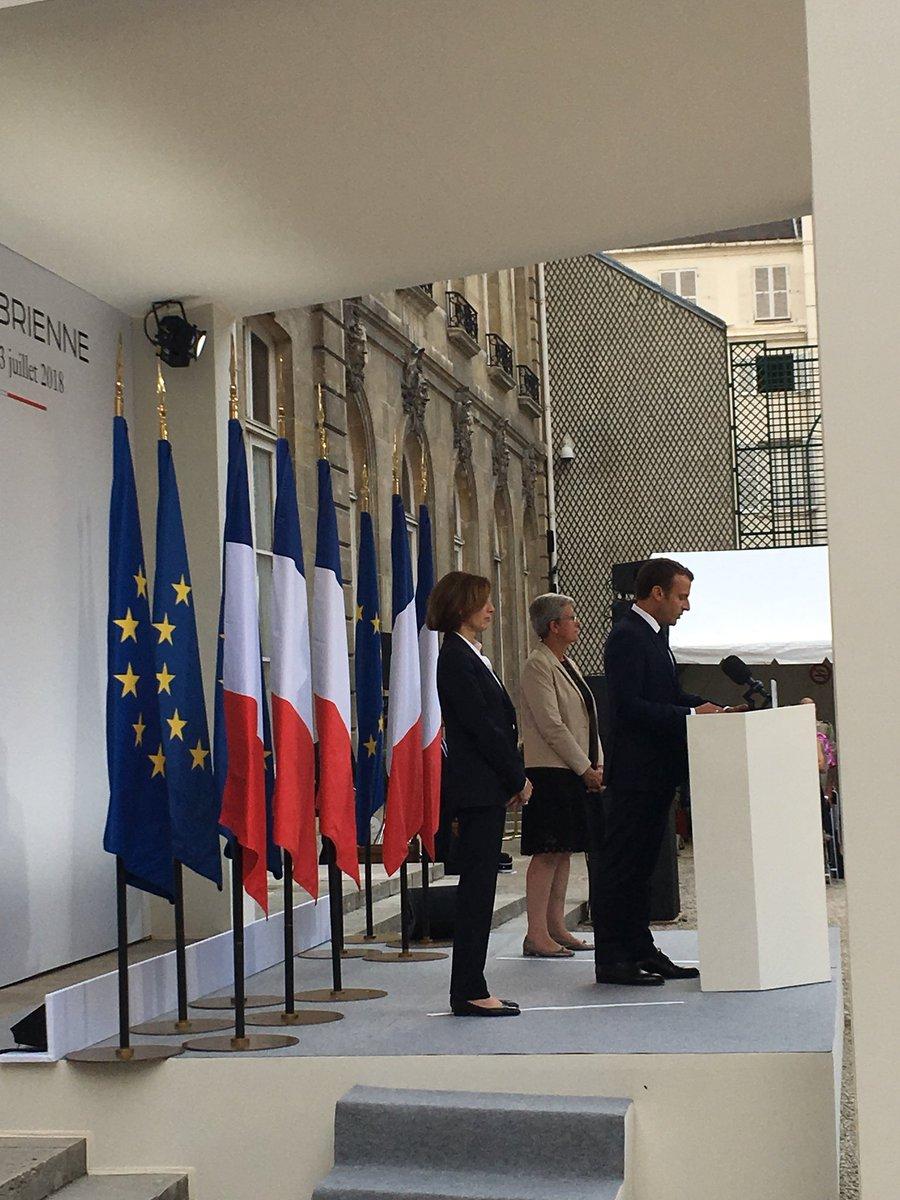 パルリ防衛大臣主催レセプションで演説するマクロン大統領。1時間の国防政策に関する演説の中で、日本の豪雨災害にも触れていただきました。一番左がパルリ防衛大臣。