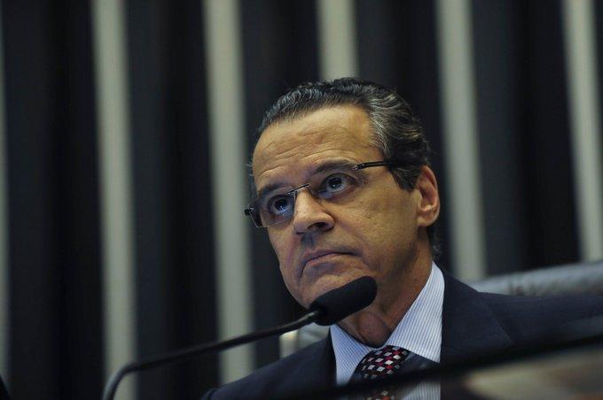 A Justiça Federal do RN soltou Henrique Eduardo Alves, que cumpria prisão domiciliar. Ele é suspeito de envolvimento em desvios nas obras da Arena das Dunas. O juiz estendeu ao ex-ministro decisão do STF, que revogou a prisão do ex-deputado Eduardo Cunha, réu no mesmo processo. Foto