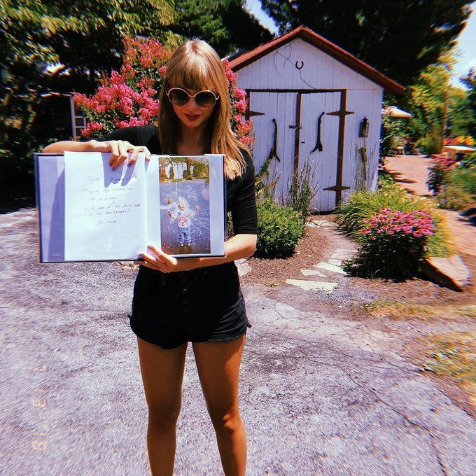 #flashbackfriday Taylor holds up an album of her as a kid. @taylornation13 @taylorswift13 Photo