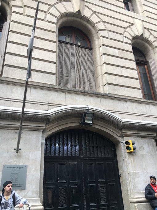 """Pity Álvarez permanece alojado en la U28 de Tribunales. Se espera que el juez Yadarola lo indague y luego es probable que sea trasladado a Ezeiza. En la declaración se verá si confirma lo dicho ante los medios """"Yo lo maté"""", en rel al crimen de Cristian Díaz #Viale910 @radiolared Foto"""