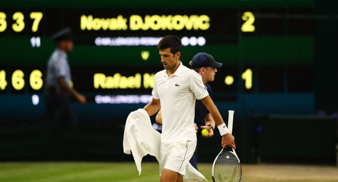 ¡Qué día! 😬 😰 😱 Novak Djokovic se quedó a un set de avanzar a la Final de #Wimbledon, pero el duelo ante Rafa Nadal se suspendió Foto