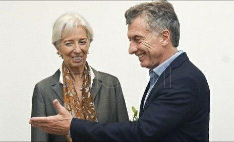 El FMI le dijo hoy a la Argentina cómo debe ser el ajuste: - Más despidos de empleadxs públicxs - Más quita de subsidios - Tope de aumento salarial para 2019 de 8% (cuando el propio gobierno prevé 17% de inflación) Así es el apoyo que nos da el FMI. Cómo sería si no nos apoyara Foto