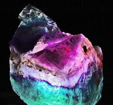 7月14日のお誕生日石はスリーカラーフローライトです。一つの結晶の中に、3色のカラーが見られる華やかな宝石。調和の石としての力を持っています。友人関係、家族関係、恋愛関係などの人間関係を円滑にしてくれます。宝石言葉は「無邪気」