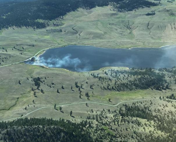 #BCWildfire Service is responding to a new wildfire by Stump Lake off Hwy 5A, currently estimated at 1 ha. in size. Two initial attack crews are on site. The fire is burning b/w the lake and the road, providing a natural fire guard and aiding the crews in their progress so far. Photo