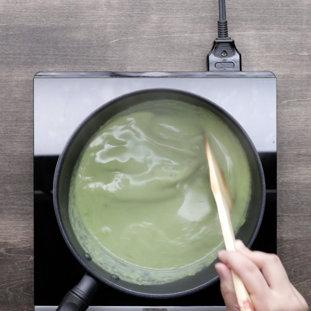 ⭐️作り方 1. 抹茶ミルク寒天を作る。鍋に水、牛乳、抹茶、砂糖、粉寒天を入れ、中火にかけてよく混ぜながら煮溶かす。