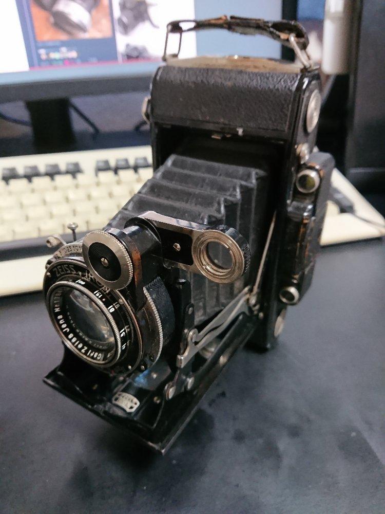 ( ´・ω・) ではここで『中学の時に写真を始めたら、写真趣味の祖父が「俺のカメラを1つやろう」と言ってくれたやつ』をご覧ください。
