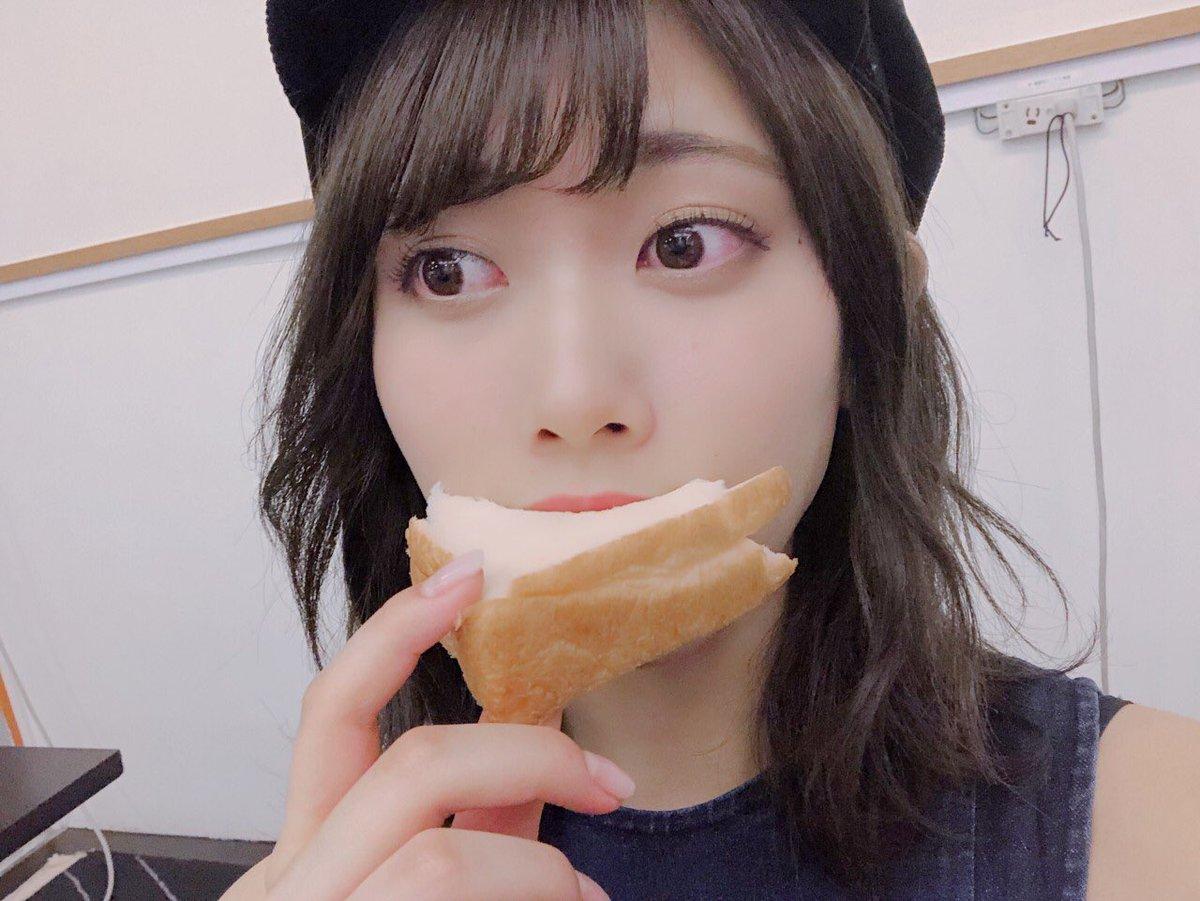 パンを頬張る伊藤純奈