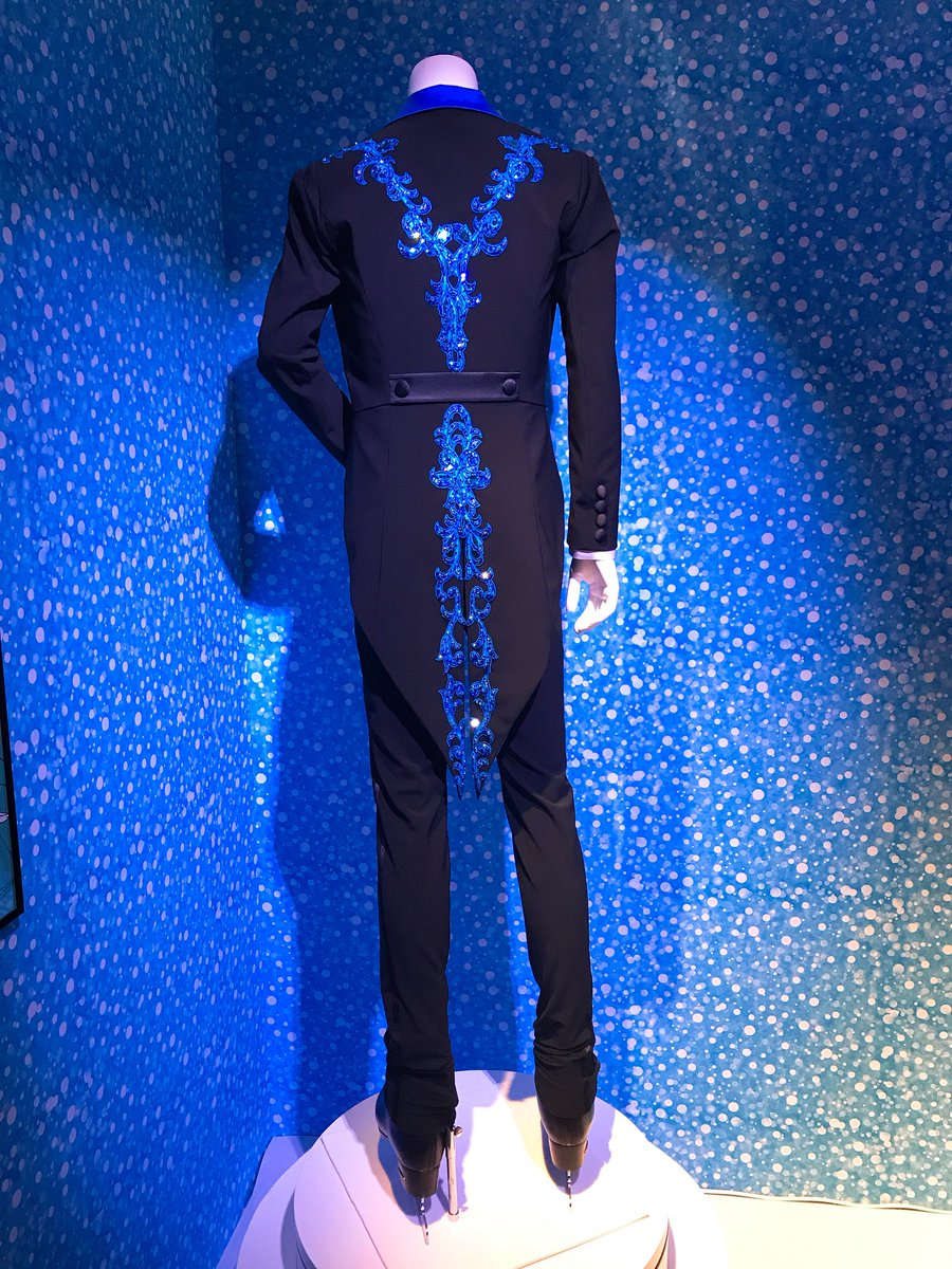 勇利くん新衣装美しすぎる!! デザインのポイントとして ・仮面舞踏会 ・燕尾服のようなイメージ ・燕尾服 勇利はとびきり上等な服を着せられてる感じ だそうです→