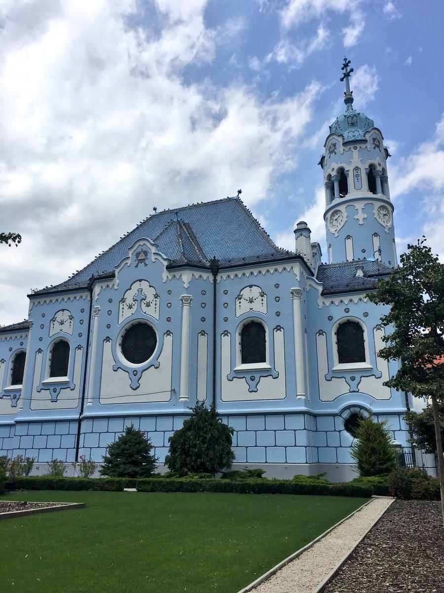 ブラティスラバにある青の教会⛪️めっちゃ可愛すぎた。1909年頃建てられたらしいけど、ほんとなんでこんなに可愛くしたんだろうか。中まで可愛くてお菓子の家みたい🍭🇸🇰