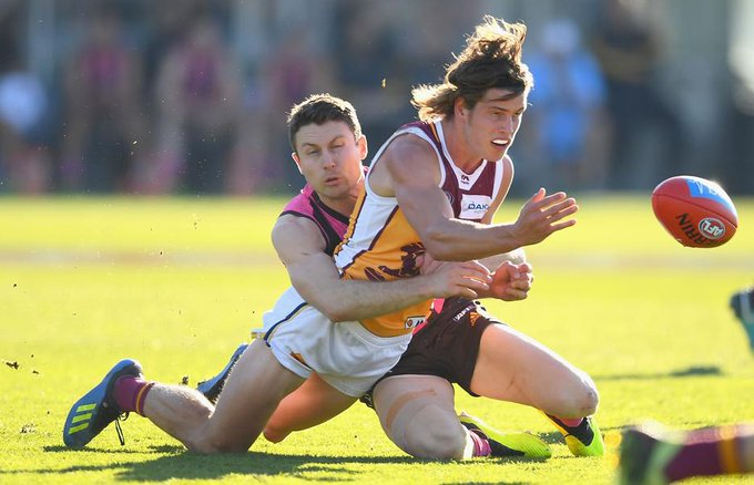 HT | The Lions and Hawks have both had their share of momentum, but it was the latter who capitalised the most. Albeit, slightly. @HawthornFC @brisbanelions FC MORE: Photo