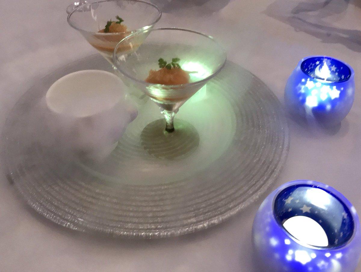 テーマは結婚式なのでガチ式場ととにかく青さを求めたカクテル、キラキラなお料理、ドライアイスがじゃんじゃん溢れる「天使の髪」カッペリーニ、情熱大陸のリズムに乗せて焼き上げられる肉です