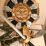 Image for the Tweet beginning: 久しぶりにドラクエ装備シリーズのふうじんの盾完成!(裏側がまだ手付かずだけど) 遂に盾も加わって、ドラクエワールドに一歩近づいたかな? ドラゴンキラーがあるんだからドラゴンシールドを先に作るべきだったかもしれないけどw #鍛冶屋こたつ
