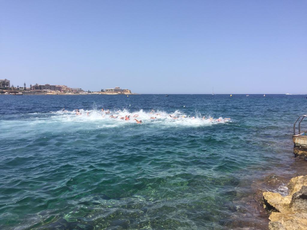 Thomas Jansen heeft  zijn 7,5km open water race tijdens het EJK in Malta gezwommen. T/m ronde 5 zwom hij in het midden, zelfs even vooraan, in de kopgroep. Een hoog tempo met wind en golfslag brachten hem naar de 17e plek (niet officieel). Morgen relay 4x1250m. #ejkowmalta2018