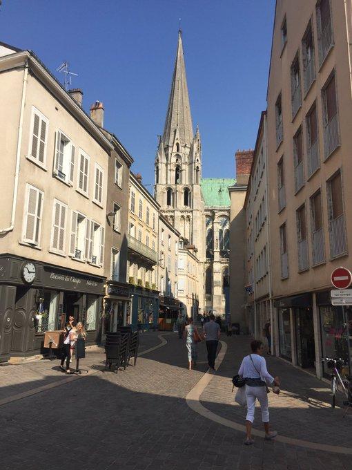 De un lado el mercado, del otro la catedral. Maravilla de país. Chartres. Francia. @LeTour Photo