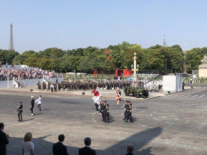 [#14Juillet] Le défilé du #14Juillet2018 met à l'honneur le Japon, la République de Singapour et les relations qui unissent ces deux pays à la France. Leurs emblèmes défilent aux côtés de l'emblème français. Photo