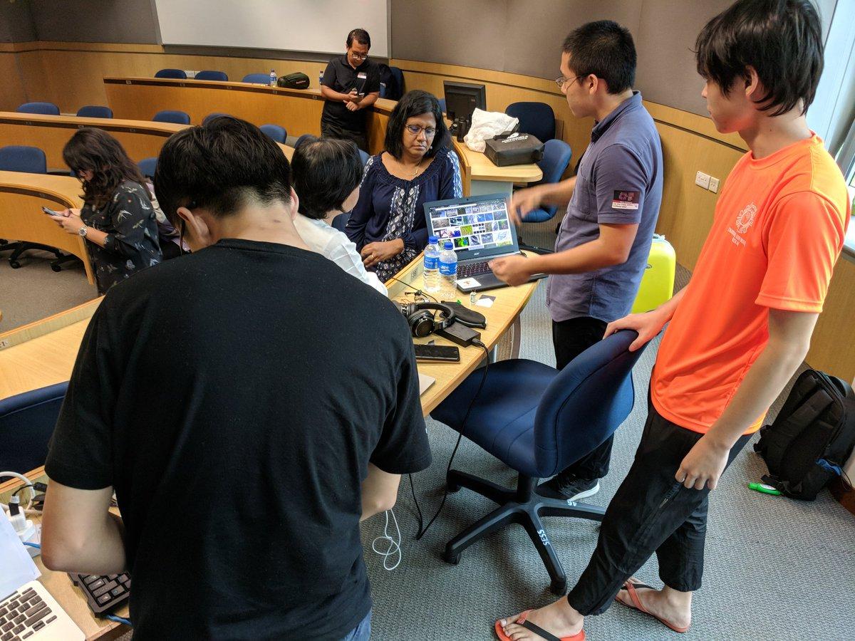 Singapore Polytechnic team explaining their solution during code::XtremeApp open category. pic.twitter.com/kjeJ5tz4eE