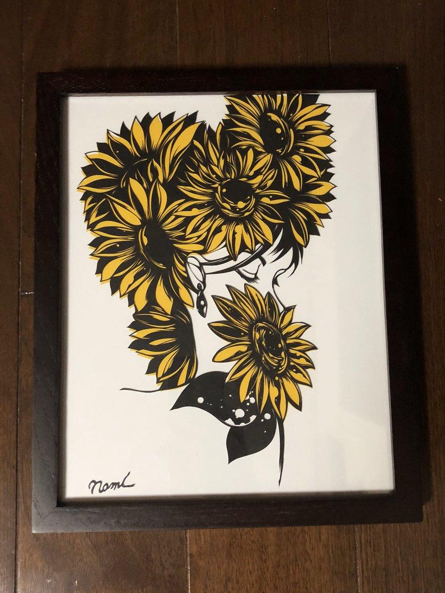 いつもとテイストと雰囲気が違う切り絵を作りました。テーマは「たくさん願い、一つを手に入れることができた」です。手に入れることができたから大切にしよう、といつ意味をこめて一つを愛おしそうに持っています… #切り絵