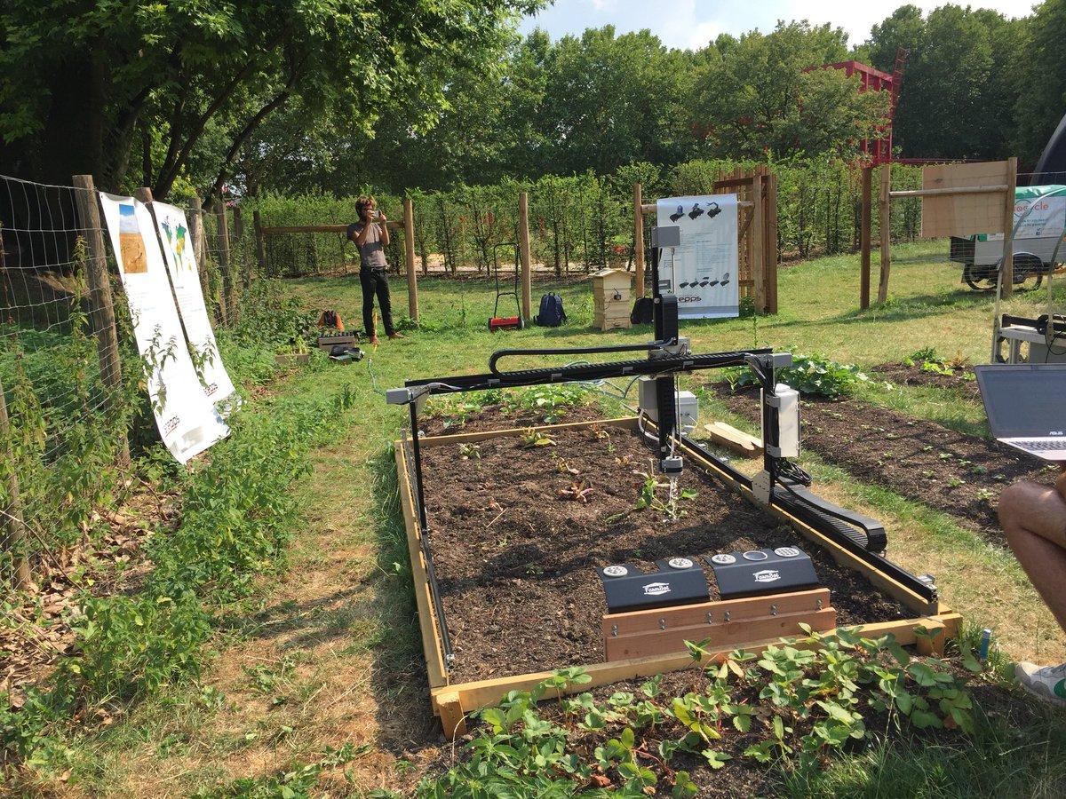 En ce moment sur le #fabcitycampus à @LaVillette, on peut voir des démonstrations des petits #robots qui pourrait aider l'agriculture (ici pour mieux doser l'eau ou pour lutter contre la désertification.) #fabcitysummit #agriculture #commons  - FestivalFocus