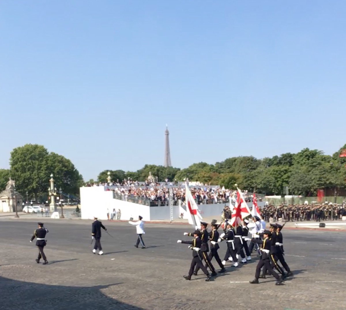 自衛隊がシンガポール軍と一緒に、フランス国旗をはさんでパレードの最初で行進しました。