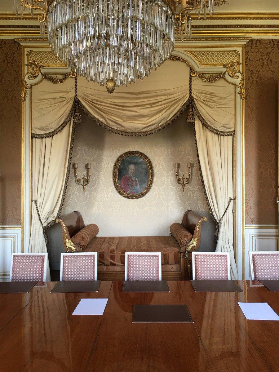 フランス外務省には、王の寝室と呼ばれる部屋があります。イギリスのジョージ六世が訪仏した時の寝室に用意された部屋だそうです。それにしてもベッドが小さくありませんかと尋ねたら...