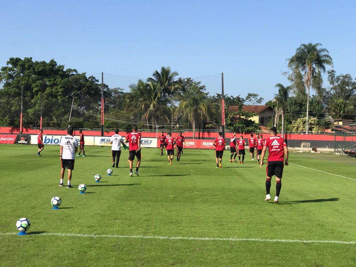 Bom dia, Nação! Nossos atletas já estão no campo do Ninho do Urubu para o último treinamento da semana. #CRF