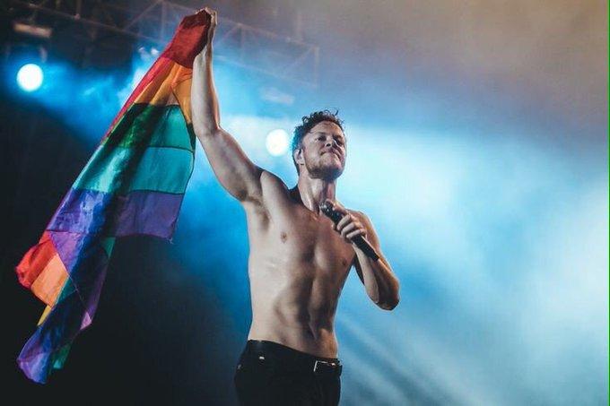 Hoje, o cristal do mundo @DanReynolds está completando 31 anos de idade. Um dos maiores aliados da comunidade LGBTQ+ e vocalista de uma das maiores bandas do universo, Dan Reynolds é um símbolo de ser humano. Todo amor para ele! 🌈❤️ #HappyBirthdayDanReynolds Foto