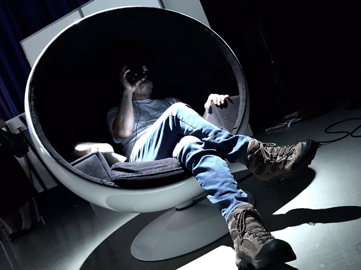 「SKIPシティ国際Dシネマ映画祭2018」にて。上田慎一郎監督の『ブルーサーマルVR』と、我が『ウルトラマンゼロVR』をご覧になっている、暗黒皇帝の如き押井守監督。