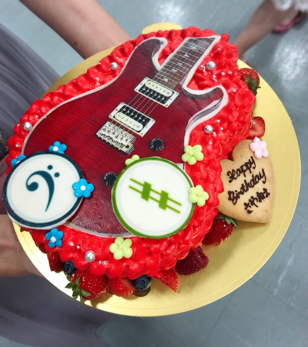 AKBのスタッフさんが 用意して下さったケーキ。  ギターも勿論凄いのだけど 推し様がいるのが...😢♥️  #アイナナ