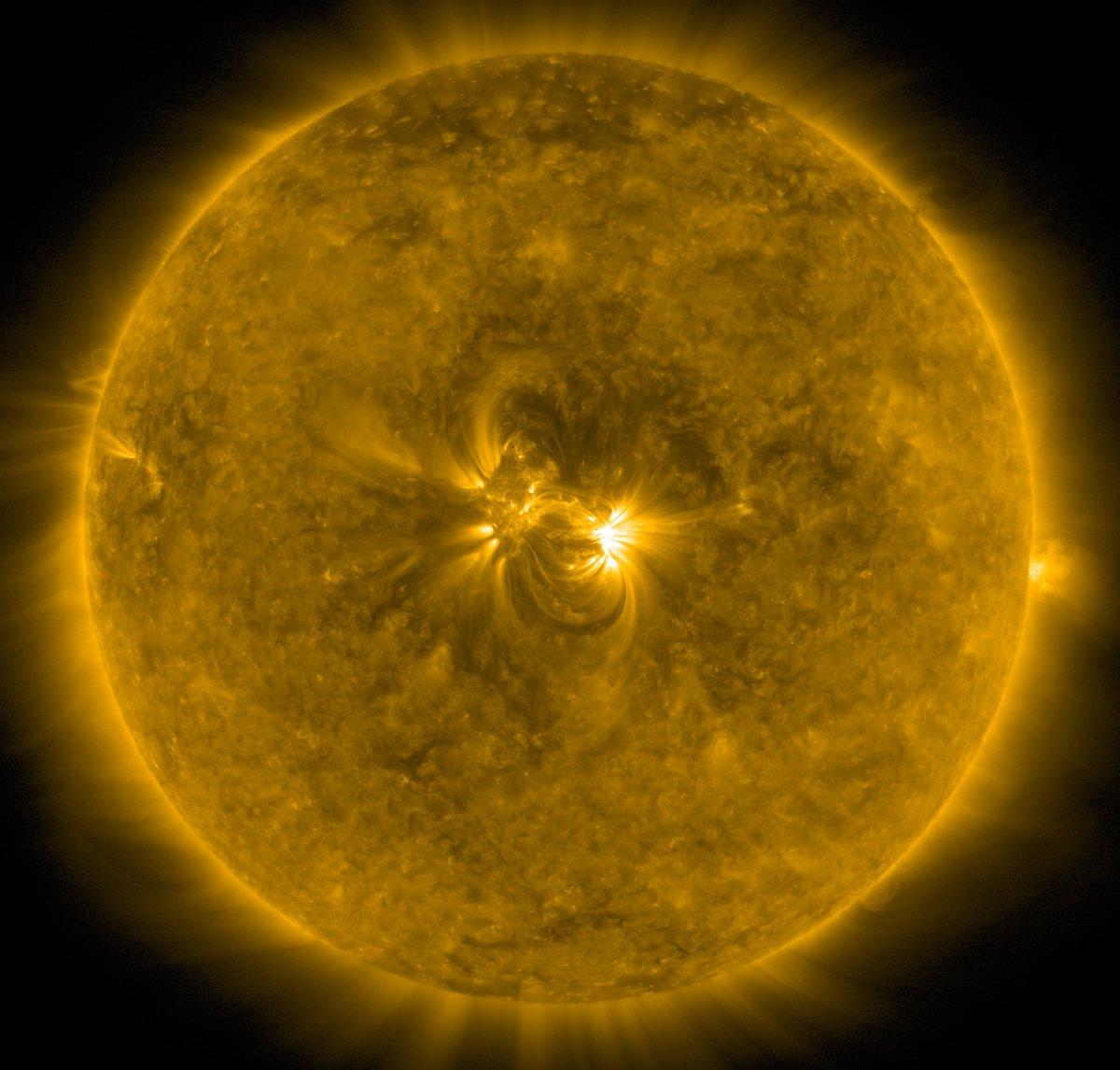 Livebild der Sonne via Satellit SDO. Sogenannte 'Aktive Region' zielt gerade genau in unsere Richtung. Ist etwa so, als ob man in die Mündung eines geladenen Revolvers schaut. Aber da das mit der Sonne oft passiert, ohne dass was passiert: keine Panik!