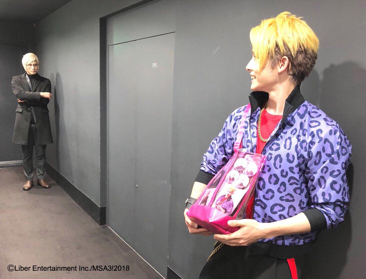 左京さんと迫田くんのオフィシャルグッズで 作った特製トートバッグ!  アニキのグッズがたくさんあって嬉しい迫田くんですが… 後ろにはいつのまにかアニキが…!