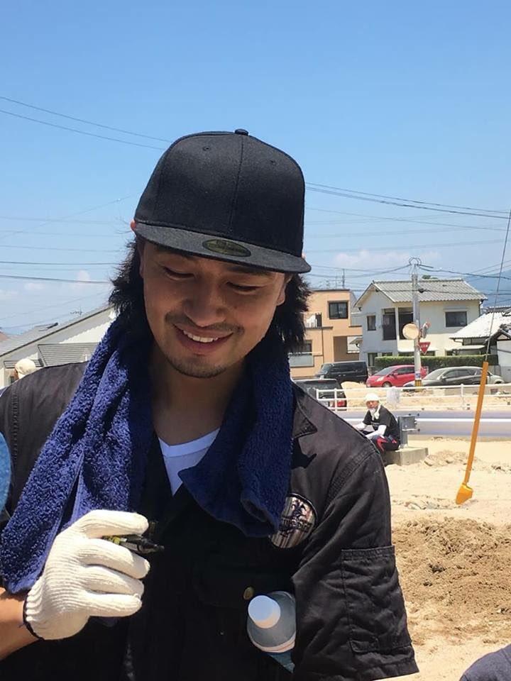 広島県坂町で斎藤工さんがボランティア活動する画像