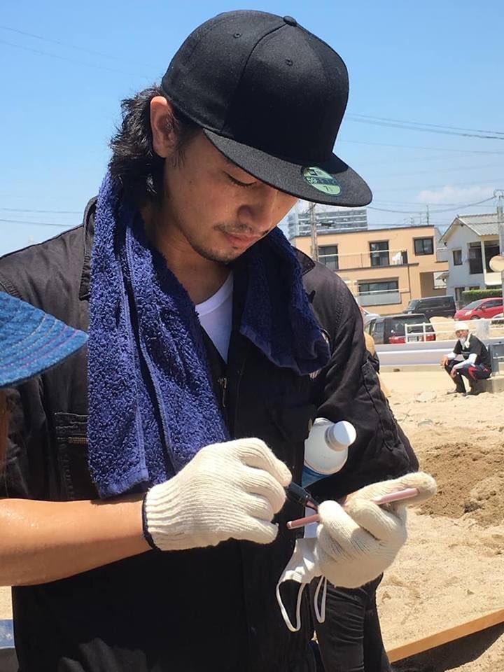 斎藤工さんが被災地でボランティア活動する画像