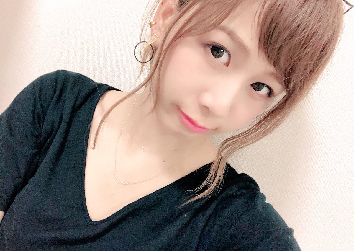 黒いシャツを着た金髪のまとめ髪スタイルのカメラ目線の大家志津香の画像