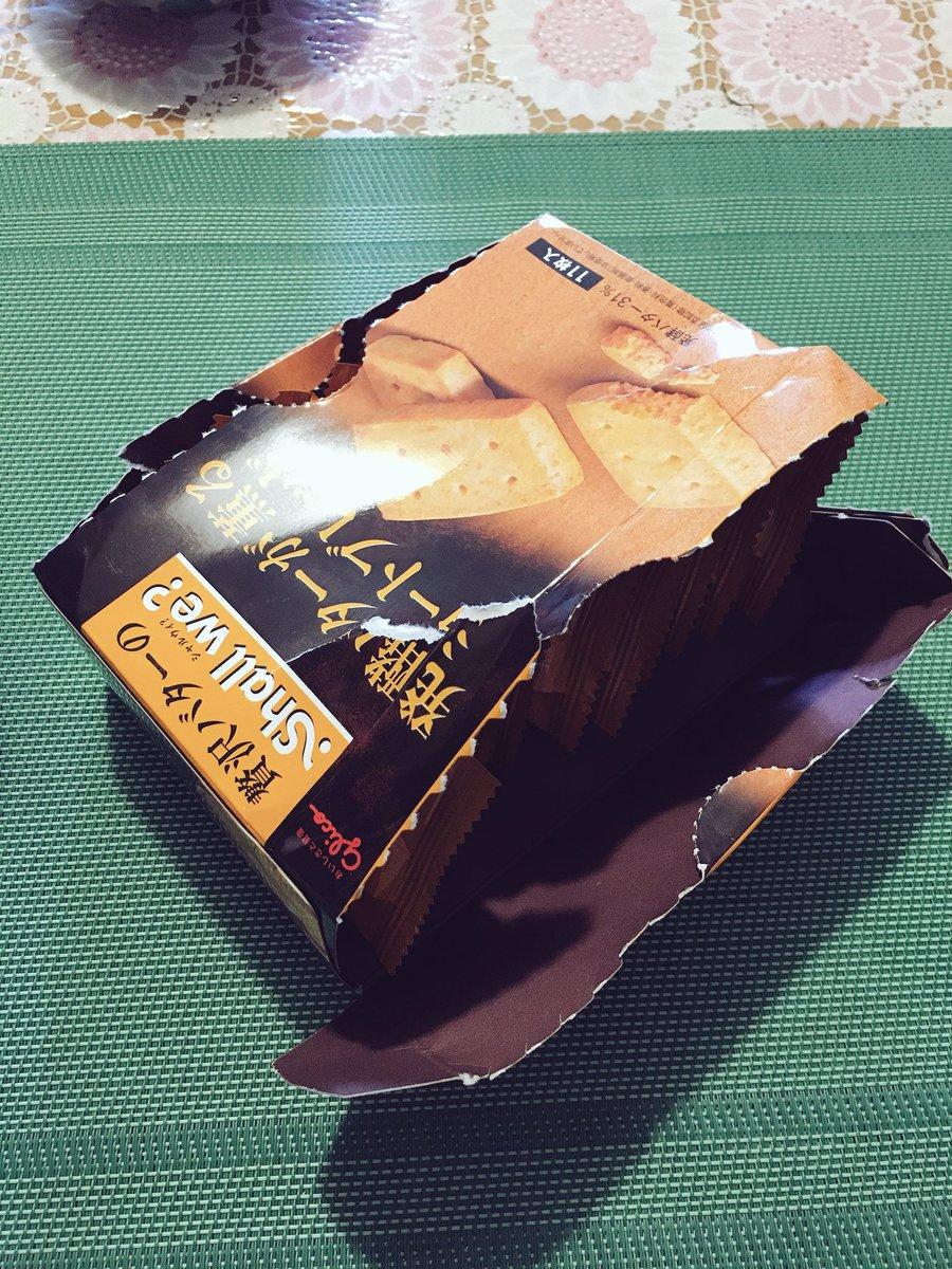 これは開け方がわからなくて無残な姿になってしまったクッキーの箱